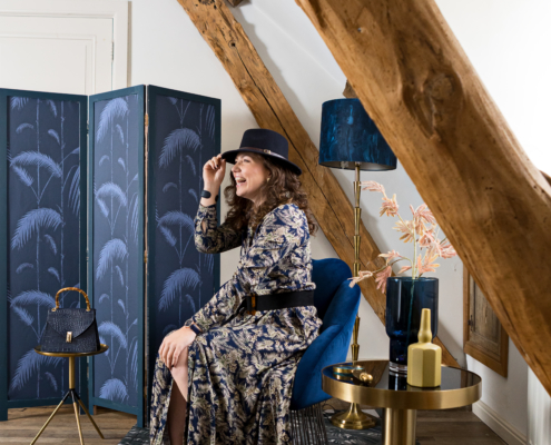 TrendsTrade-b2b-inkoopcentrum-lifestyle-trend-holychic-hotel-classicblue-inspiration-groothandel-model-Herbsttrend